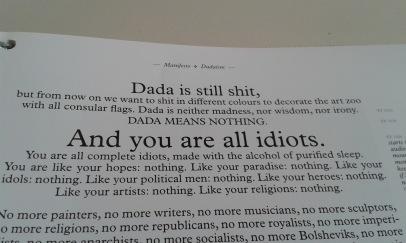 Manifeste der Dada Bewegung aus dem Ausstellungskatalog Manifesto von Julian Rosefeldt in Berlin