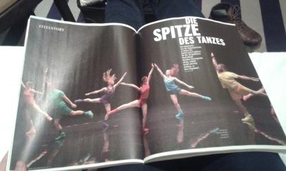 Aerobics! - ein Ballett in drei Akten, Choreographie von Paula Rosolen mit einer Doppelseite im Frankfurt Journal
