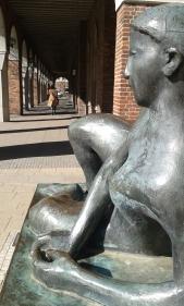 """""""Ufer/Liegende"""" Bronzeskulptur von Reinhard Buch 1988, Rostock"""